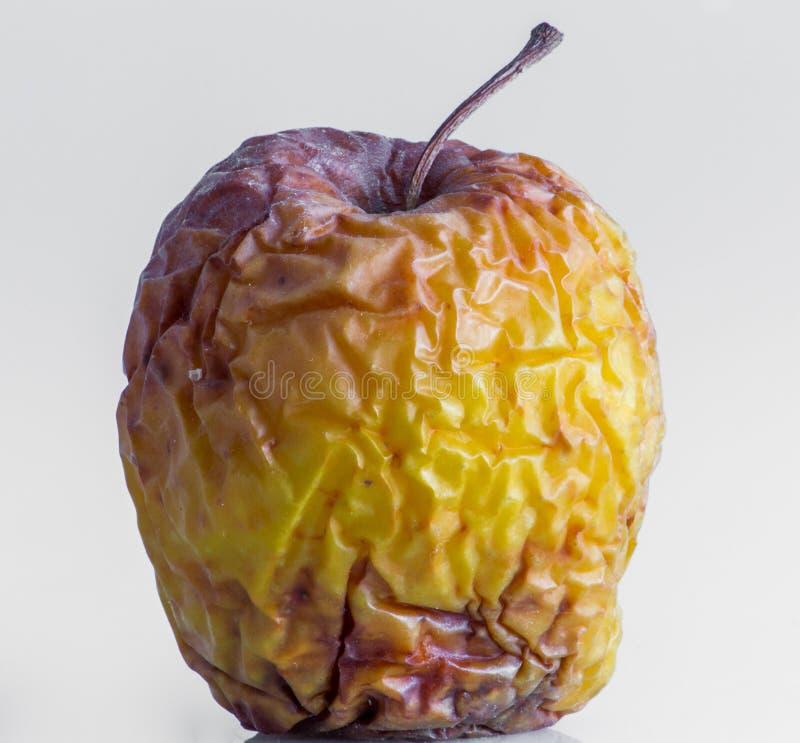 Zbliżenie dla marszczącego żółtego jabłka obraz stock