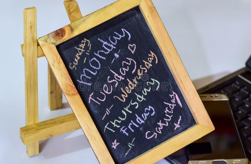 Zbliżenie dni tydzień Tygodniowy kalendarz na chalkboard tle 7 - dnia plan zdjęcia stock