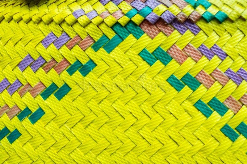 Zbliżenie do struktury żółtych, tradycyjnych, balijskich koszy lub kebenów, stosowanych do przenoszenia ofert obrazy royalty free
