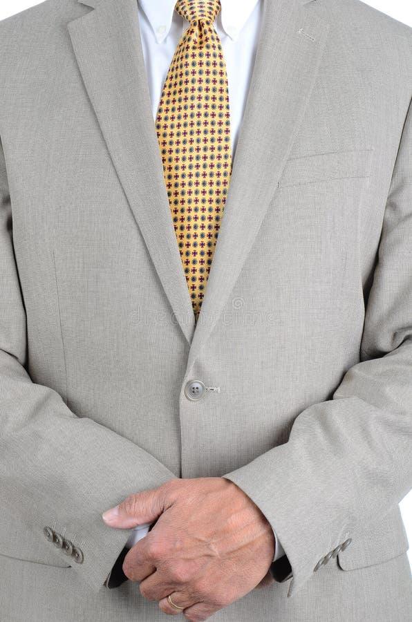 Zbliżenie dojrzały biznesmen niezobowiązująco ubierał i trzymający komórkowego przyrząd w jego ręce obraz stock