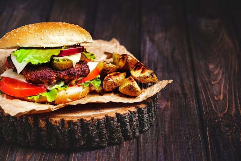 Zbliżenie dom zrobił wołowina hamburgerom z sałaty i majonezu se zdjęcie stock