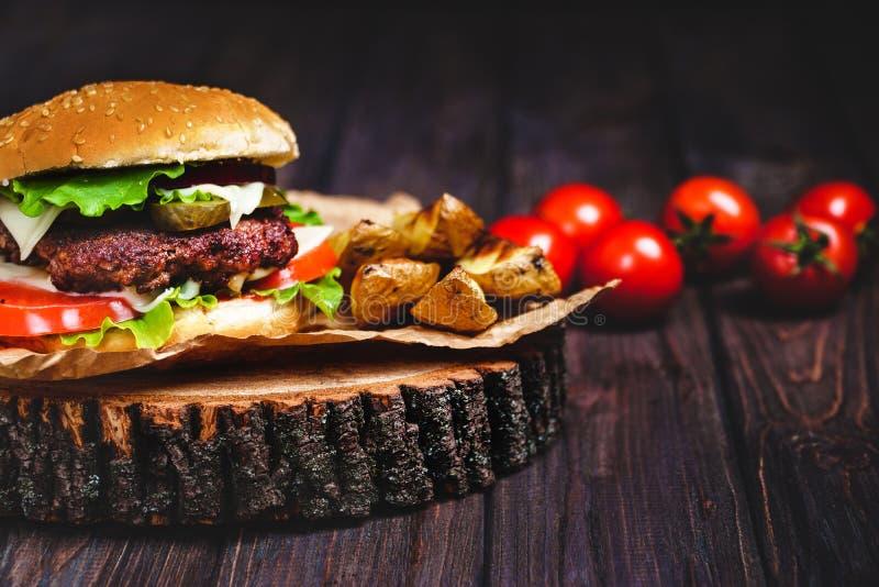Zbliżenie dom zrobił wołowina hamburgerom z sałaty i majonezu se obraz royalty free