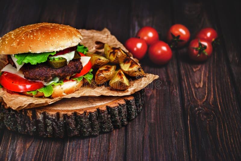 Zbliżenie dom zrobił wołowina hamburgerom z sałaty i majonezu se obrazy stock