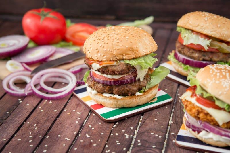 Zbliżenie domowej roboty hamburgery zdjęcie stock
