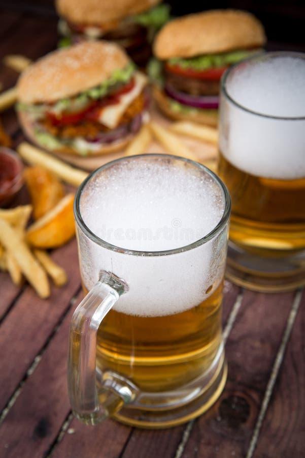 Zbliżenie domowej roboty hamburgery i piwo obraz royalty free