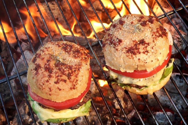 Zbliżenie Domowej roboty hamburgery Na Gorącym BBQ grillu zdjęcie royalty free