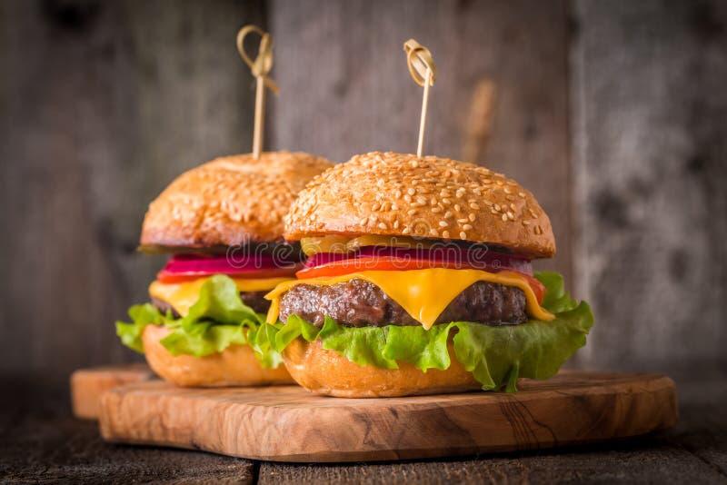 Zbliżenie domowi robić hamburgery obrazy stock