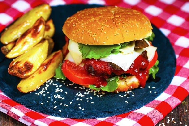 Zbliżenie domy robić wołowina hamburgery z sałatą słuzyć na kamieniu c fotografia stock