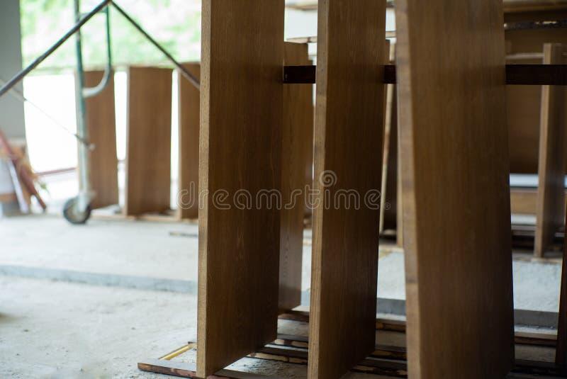 Zbliżenie drewniani talerze przy fabryczną czekać na instalacją Rocznik złotej rączki praca w warsztacie obraz royalty free