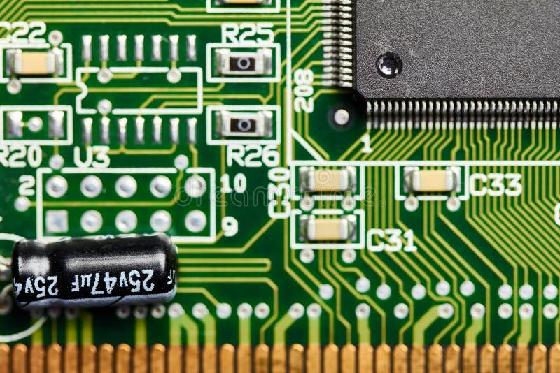 Zbliżenie drukowana obwód deska z mikroukładem, capacitor i innymi zintegrowanymi mikro elementami, obrazy royalty free