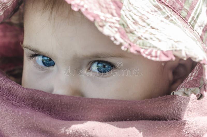 Zbliżenie duzi niebieskie oczy dziecko obraz stock