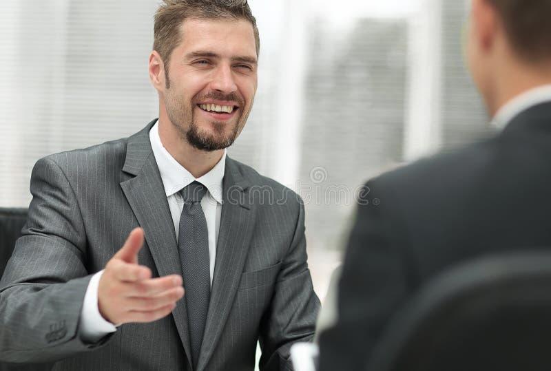 Zbliżenie dwa biznesmena dyskutuje nowego projekt obrazy stock
