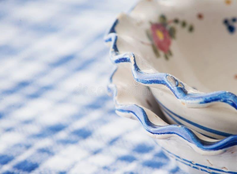 Zbliżenie dwa rocznik szczerbiącego się pucharu zdjęcie stock