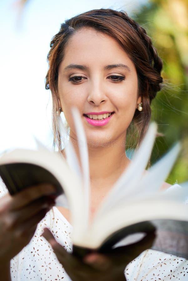 Zbliżenie dziewczyny kręcenia książki strony zdjęcia stock