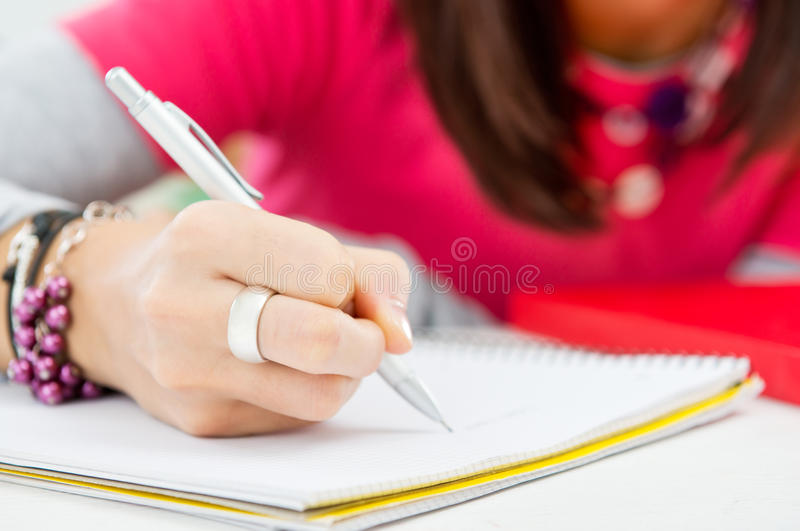 Zbliżenie dziewczyny ręki Writing obrazy stock