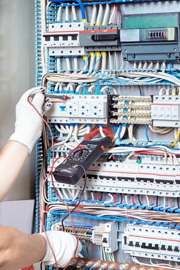 Zbliżenie elektryka ` s ręka z diagnostycznym narzędziem w jego h fotografia royalty free