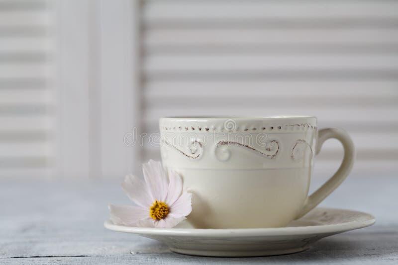 Zbliżenie filiżanka herbata na drewnianym stole z plamy tłem obraz stock