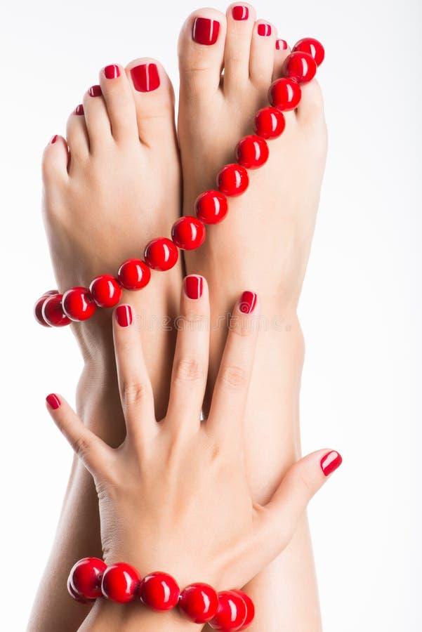 Zbliżenie fotografia żeńscy cieki z pięknym czerwonym pedicure'em zdjęcie stock
