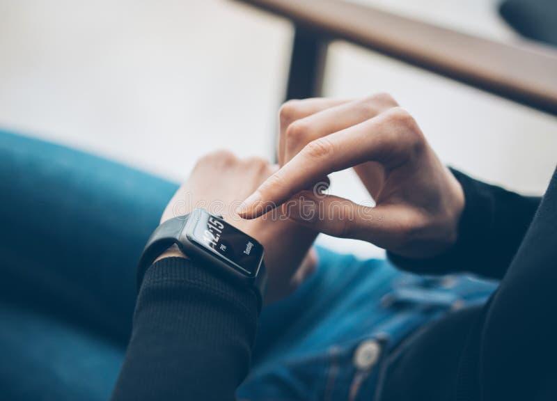 Zbliżenie fotografia żeńskiego ręki macania ekranu rodzajowego projekta mądrze zegarek Filmów skutki, zamazany tło horyzontalny obraz stock