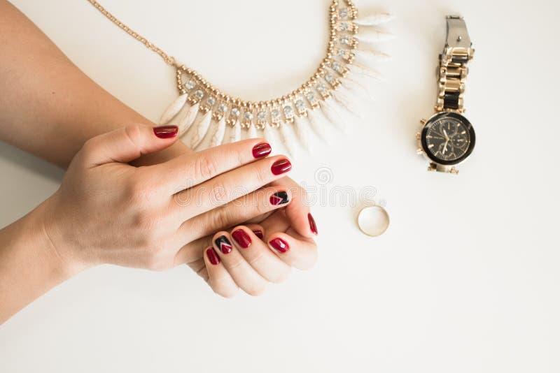 Zbliżenie fotografia kobiety piękne ręki z czerwień gwoździami na białym tle zdjęcia royalty free