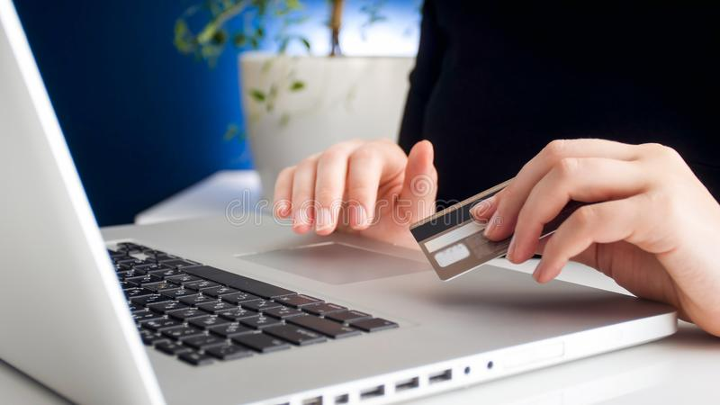 Zbliżenie fotografia robi rozkazowi w online sklepie i używa jej kredytową kartę płacić młoda kobieta zdjęcie royalty free