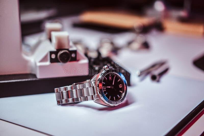 Zbliżenie fotografia rocznika zegarek na stole przy naprawiania studiiem fotografia royalty free