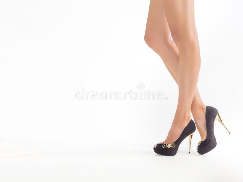 Zbliżenie fotografia seksowna kobieta iść na piechotę w szpilki butach Na biel obrazy stock