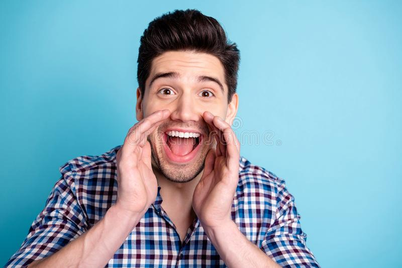 Zbliżenie fotografii portret rozochoconego cieszenia ładny uradowany pozytywny ładny facet trzyma cupped z nowożytnym fryzury ucz zdjęcia stock