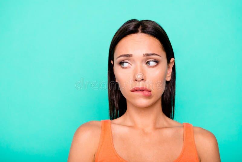 Zbliżenie fotografii portret smutny spęczenie stresował się zmęczony skołowanego śliczny ona jej dam zjadliwe wargi patrze zdjęcie stock