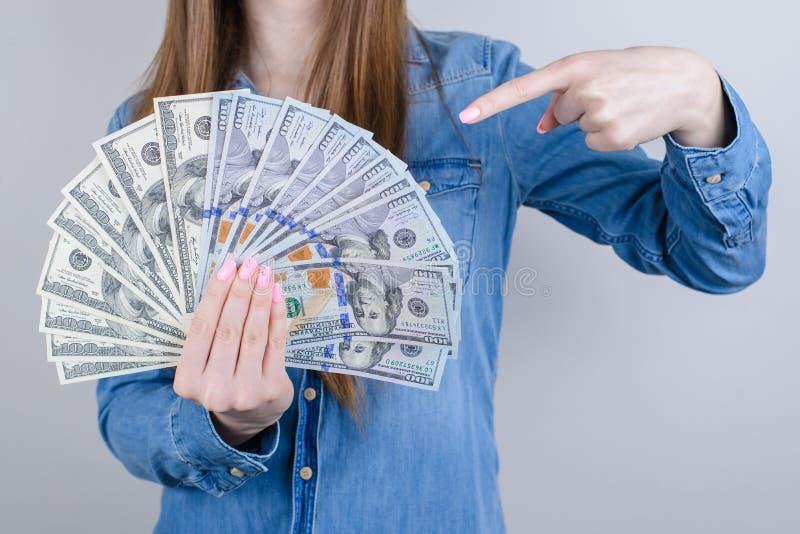 Zbliżenie fotografii portret ufny zadowolony ona jej biznesmeni trzyma stos pieniądze w ręce demonstruje indexing z obrazy royalty free