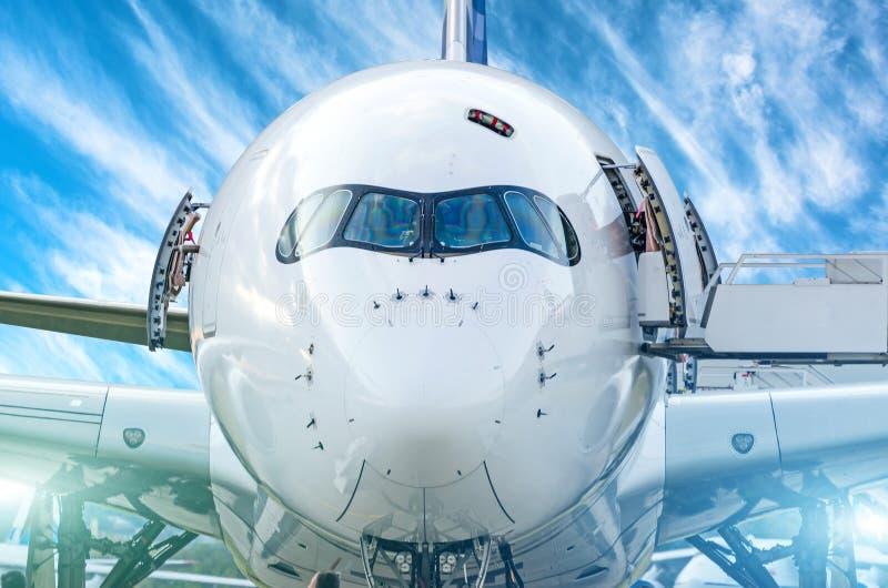 Zbliżenie frontowy widok nos pasażerski samolot i kokpitów szkła pilot obraz stock