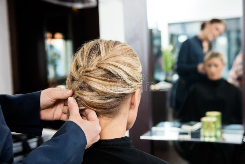 Zbliżenie fryzjer ręki Splata klienta włosy zdjęcie stock