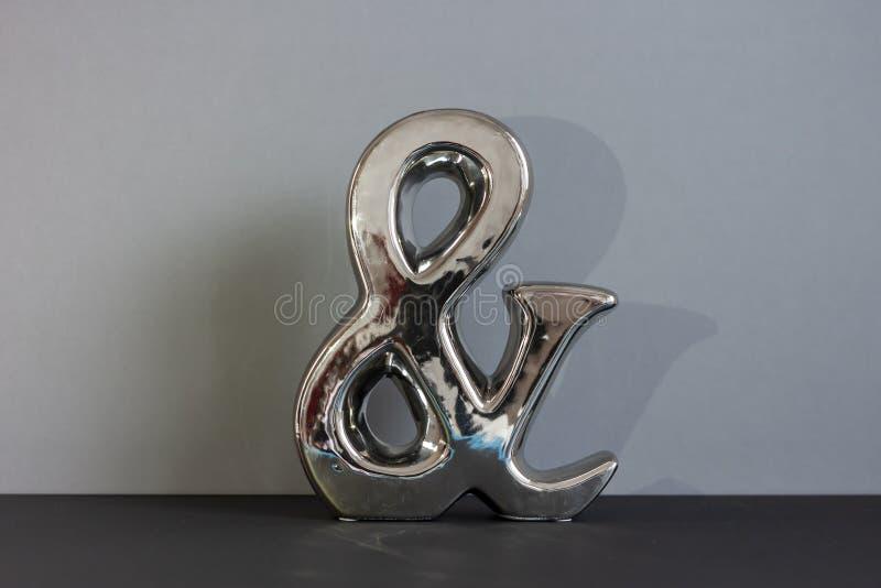 Zbliżenie glansowany i symbol na popielatym tle zdjęcia royalty free