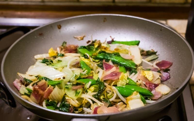 Zbliżenie gotująca azjatykcia jarzynowa mieszanka w niecce, Zdrowy weganinu jedzenie zdjęcie royalty free