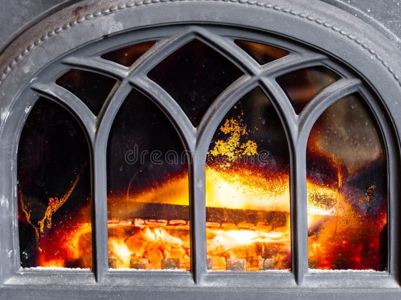 Zbliżenie graba z pomarańcze ogienia płomienia wnętrzem upały fotografia royalty free
