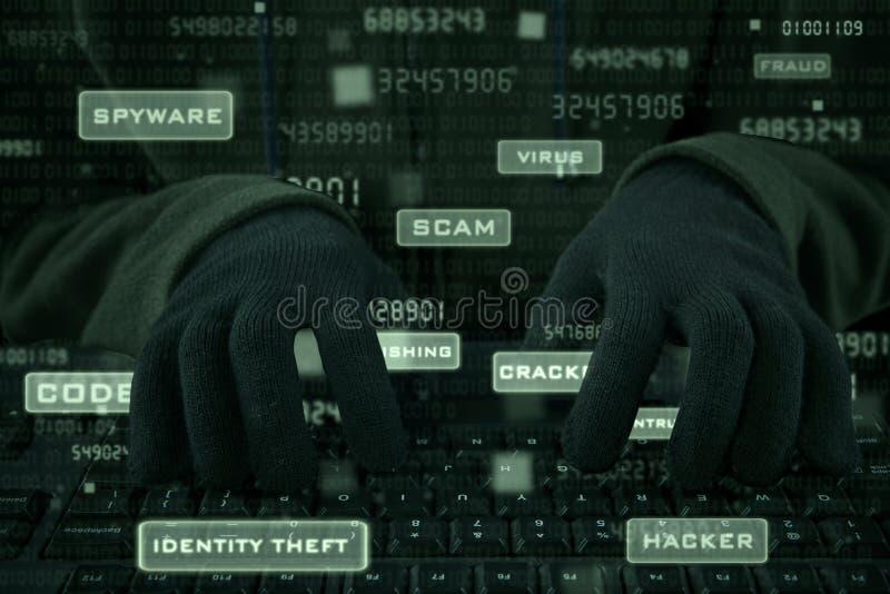 Zbliżenie hacker ręki pisać na maszynie na klawiaturze zdjęcie stock