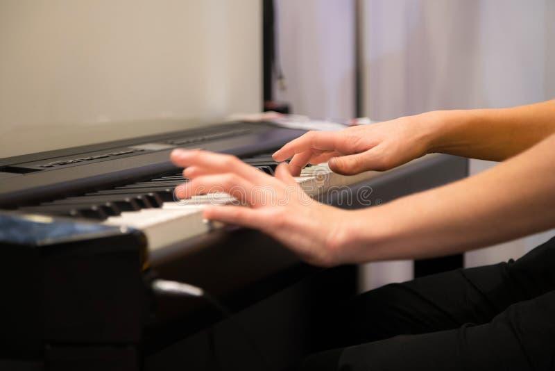 Zbliżenie istot ludzkich ręki bawić się elektronicznego pianino Ulubiona muzyka klasyczna Muzyczne klasy, uczy się dlaczego bawić obraz royalty free