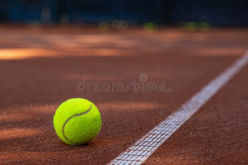 Zbliżenie jeden tenisowa piłka blisko do białej linii na podrożec sądzie zdjęcie stock