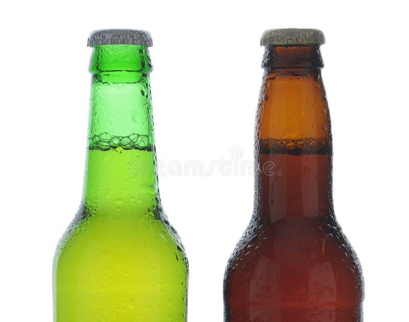 Zbliżenie jeden zieleń i jeden brąz piwna butelka zakrywający z kondensacją fotografia stock