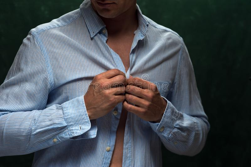 Zbliżenie jest ubranym cajgi i rozpinającą koszula mężczyzna obraz royalty free
