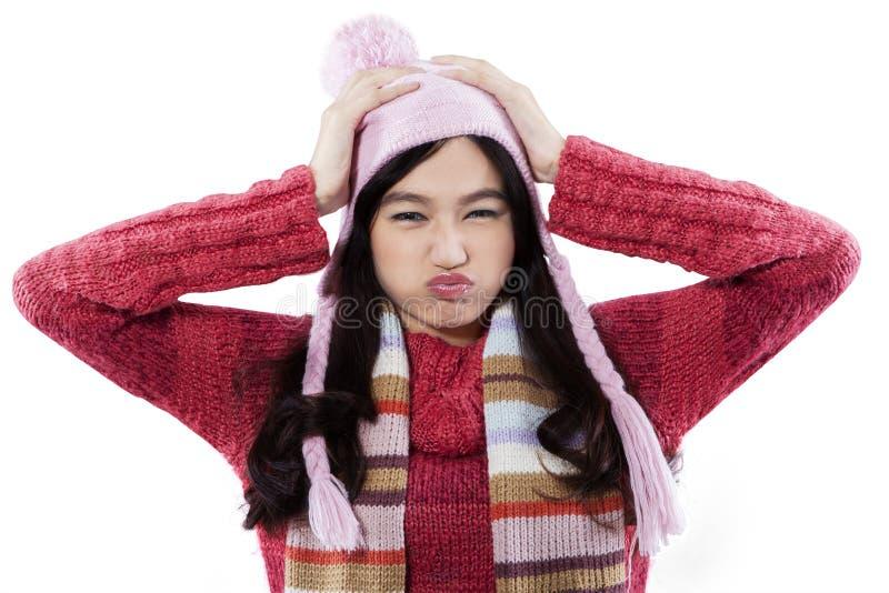 Zbliżenie jest ubranym pulower marudna dziewczyna fotografia stock