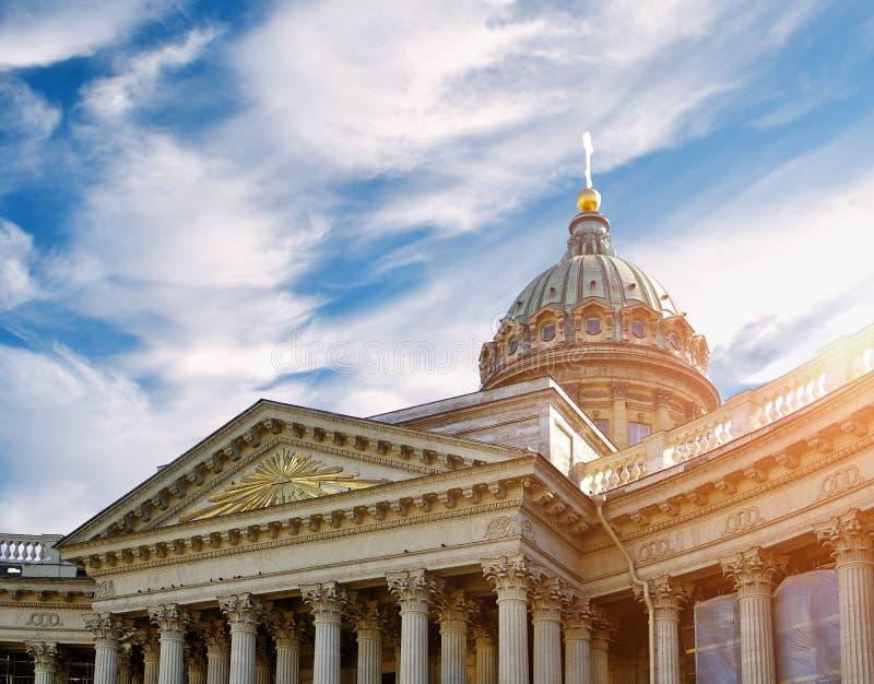 Zbliżenie Kazan katedra w St Petersburg Rosja pod dramatycznym zmierzchu niebem zdjęcie stock
