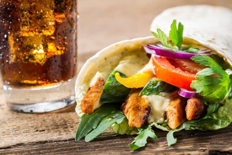 Zbliżenie kebab z świeżymi warzywami i kurczakiem na czerń plecy obrazy stock