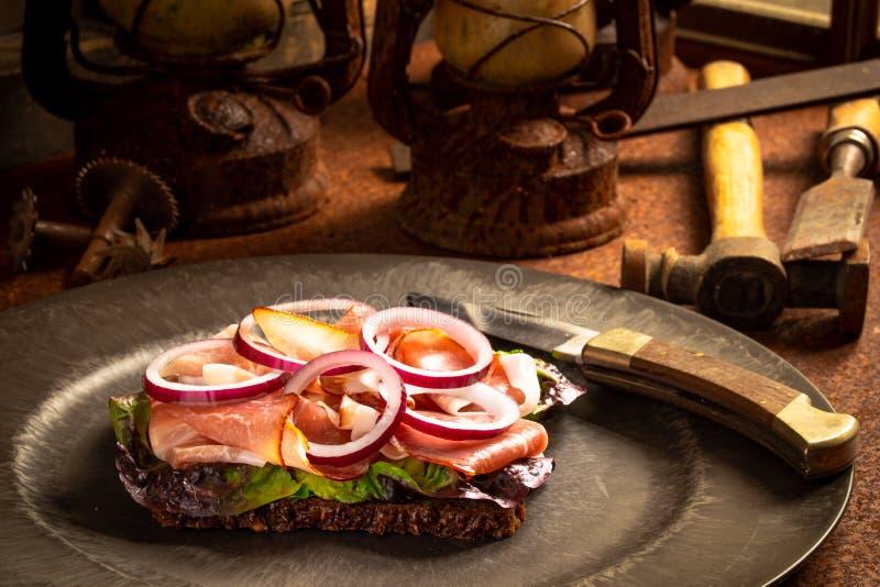Zbliżenie klasyczny niemiecki śniadanie przy pracą zdjęcie royalty free