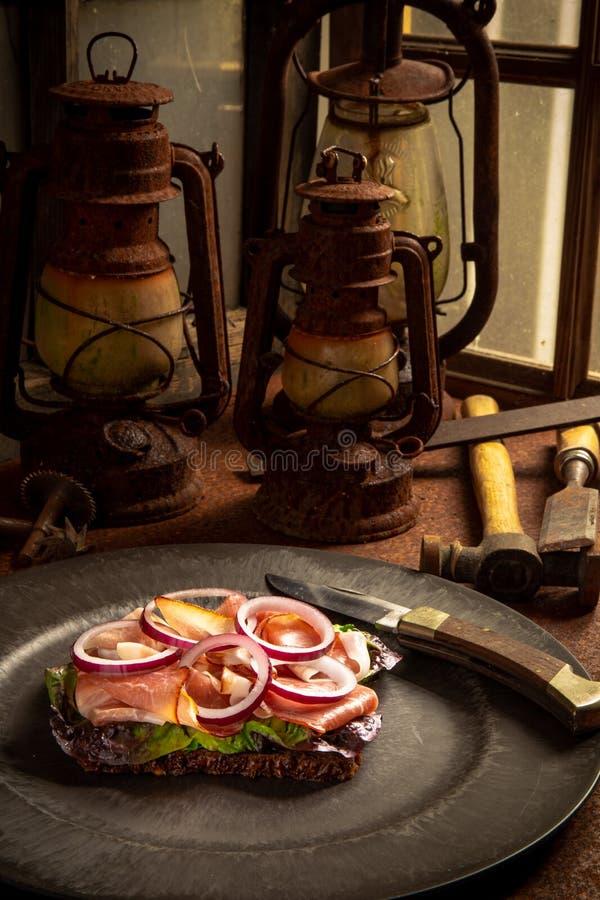 Zbliżenie klasyczny niemiecki śniadanie przy pracą obrazy stock