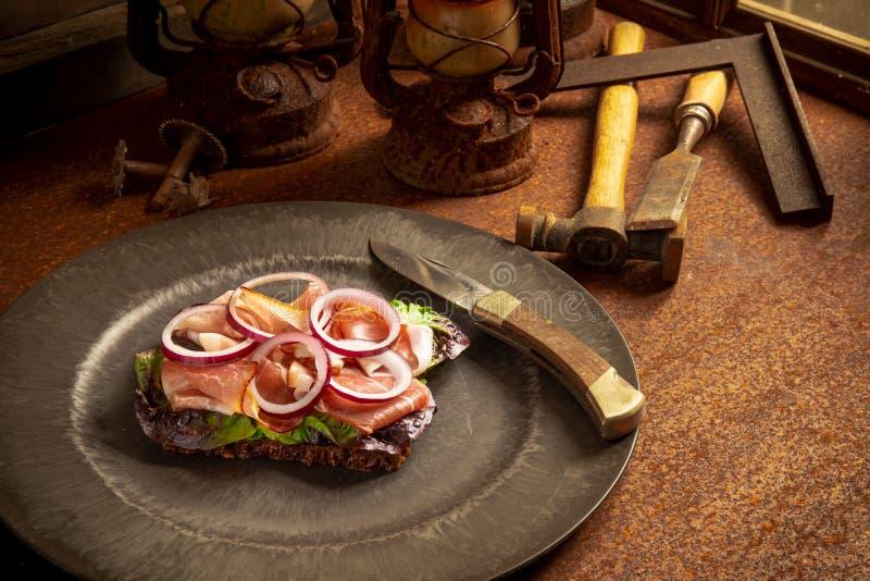 Zbliżenie klasyczny niemiecki śniadanie przy pracą obraz royalty free
