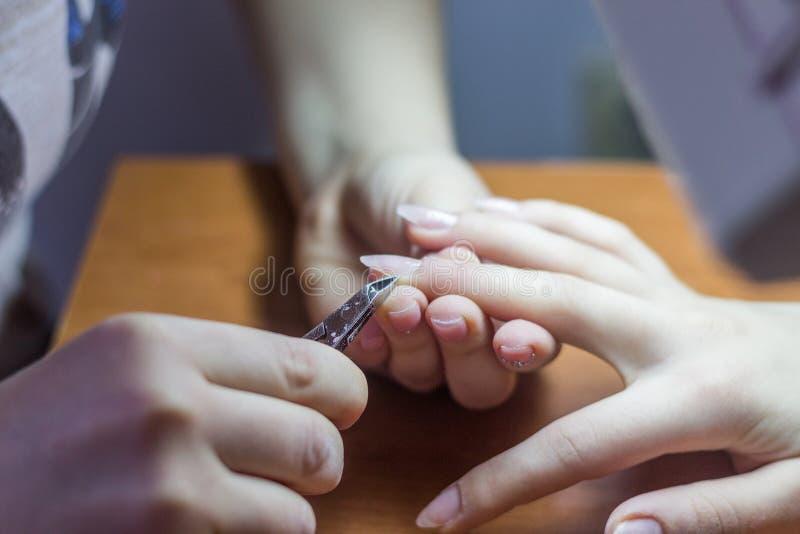 Zbliżenie kobiet ręki Otrzymywa gwóźdź opieki traktowanie Professi fotografia stock