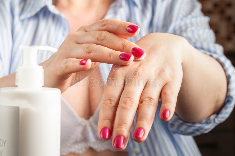 Zbliżenie kobiet ręki stosuje crea obrazy royalty free