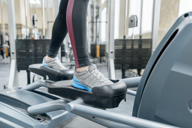 Zbliżenie kobieta cieki biega na karuzeli w gym Sprawność fizyczna, sport, szkolenie, ludzie pojęć obraz stock