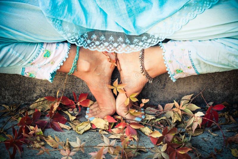 Zbliżenie kobieta cieki w joga pozyci plenerowej zdjęcia royalty free